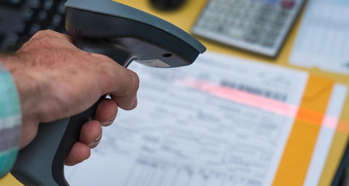 Aus diesem Grund nutzen viele unserer Kunden, und wir selbst, den Barcode. Dies hat den Vorteil, dass eine Archivierung, und ggf. eine digitale Verteilung (ohne teures Kopieren), bereits vor der Buchung erfolgen kann. Warum ist das möglich? Wie zuvor beschrieben, trennt die Automatik die Dokumente anhand des Barcodes und archiviert diese bereits. Der elektronisch verteilte Beleg ist im DMS direkt übersichtlich einsehbar und so kann der Barcode vom Beleg zusammen mit den weiteren Informationen wie z. B. Kreditor, Beträge, Belegnummer gelesen und im SAP erfasst werden. Buchung und Dokument werden über diesen Code dann per Automatismus einander zugeordnet und als erledigt markiert. Daher muss nichts gelöscht werden und eine Fehlerquelle wird eliminiert. Auch kann die Ablage des Dokumentes nicht vergessen werden, da sie bereits erfolgt ist. Zunächst 100 Rechnungen archivieren, dann 100 Rechnungen buchen. Einfacher, sicherer, schneller und effizienter als ohne Barcode. Zusammenfassend ist festzustellen, dass der Barcode nur Vorteile hat. Zum einen bietet er eine Arbeitserleichterung und somit eine Zeit- und Kostenersparnis für jeden Unternehmer, zum anderen reduziert er die Wahrscheinlichkeit von Fehlern bei der Archivierung von Dokumenten. Wenn Sie, wie wir, zu den Effizienzliebhabern gehören und das volle Potential der Barcode-Archivierung nutzen wollen, dann melden Sie sich jetzt sofort bei uns per E-Mail oder per Telefon: 040 – 228 170 220. Worauf warten? Profitieren Sie vollumfänglich von den Vorteilen der Dokumentenarchivierung per Barcode!